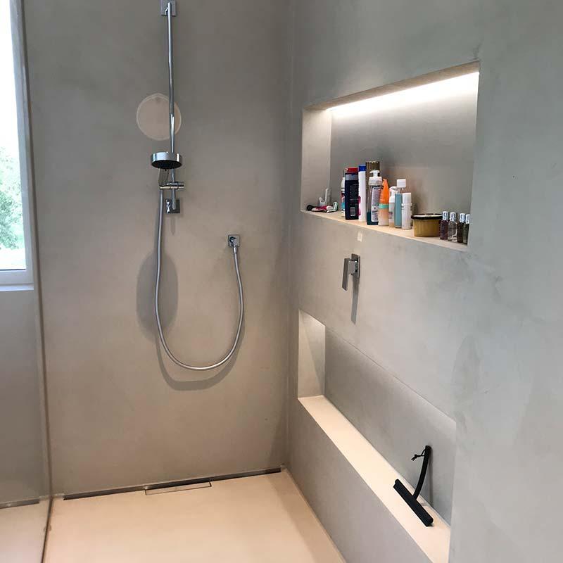 Elementi im Bad mit Duschkopf